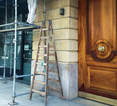 pintor-y-puerta-de-madera