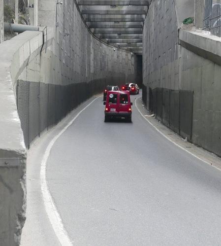 398.subida y auto rojo
