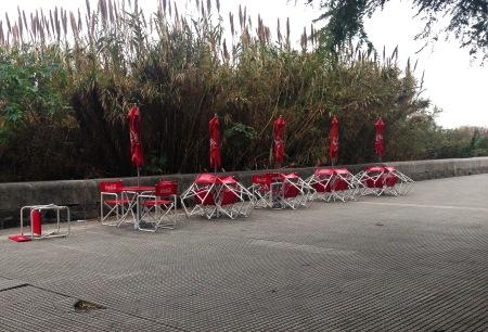 81.sombrillas rojas