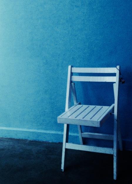 S101.silla pared azul