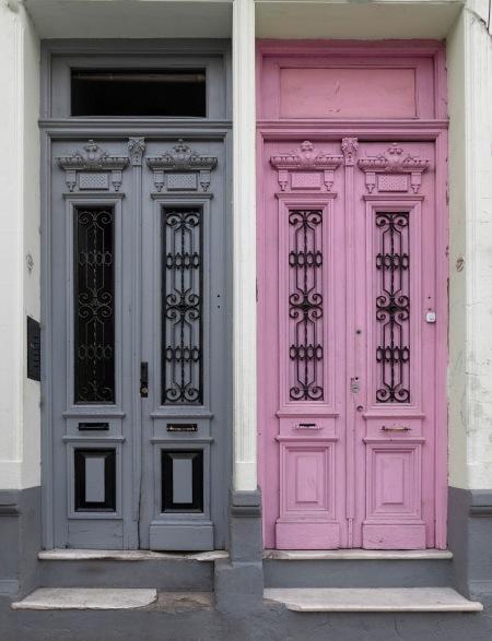 F157.puerta rosa y gris